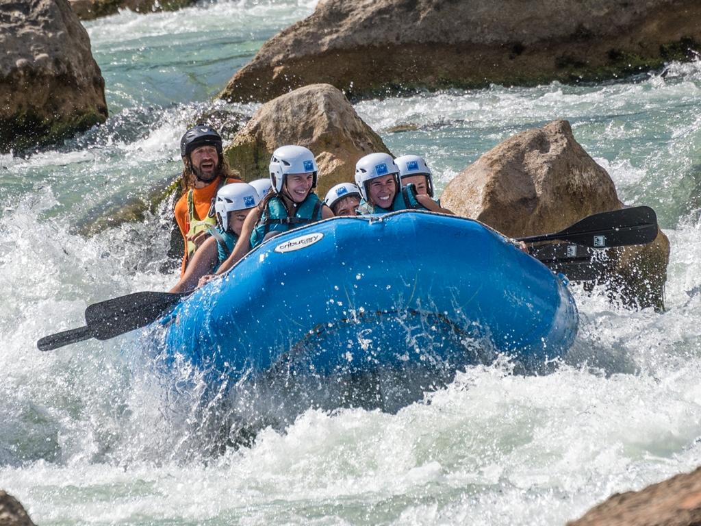 Rafting en verano con amigos con UR Pirineos