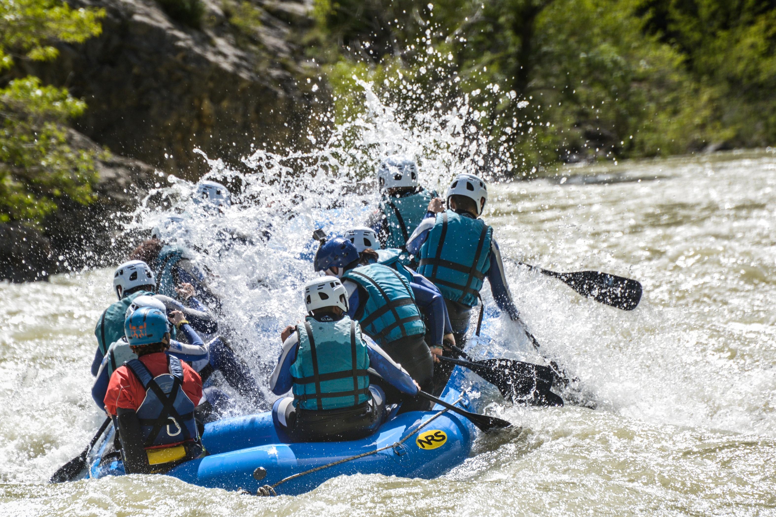 Rafting-en-el-rio-Gallego-diversion-y-emocion-en-primavera-con-UR-Pirineos