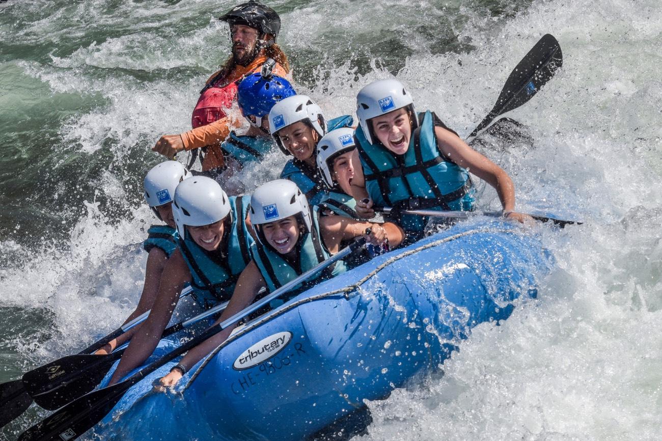 actividad-de-aventura-disfruta-de-las-emociones-en-rafting-con-tus-amigos-vive-sensaciones-en-rafting_Fotor