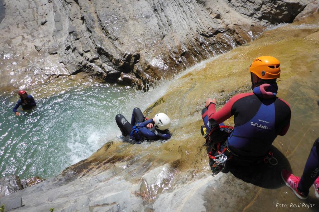 descenso de barranco en julio deportes de aventura ur pirineos
